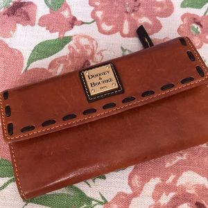 This is a pre-loved wallet by Dooney and Bourke.
